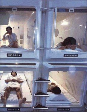 I capsule hotel con micro stanze per lavoratori in ritardo for Camere giapponesi